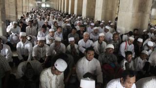 salat jumat di masjid istiqlal