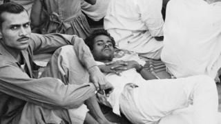 కిరోసిన్ సంక్షోభాన్ని నివారించాలని కోరుతూ 1966లో కలకత్తా సమీపంలో నిరాహారదీక్ష చేస్తున్న కమ్యూనిస్టులు
