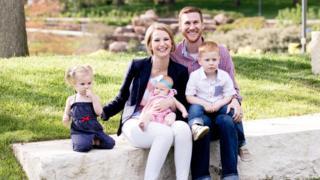 Carri Hicks, na foto com o marido, Spencer, e os três filhos