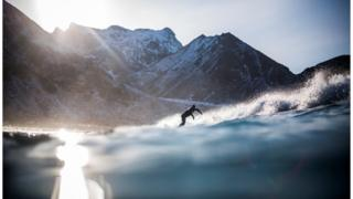 Сёрфер катается на волнах