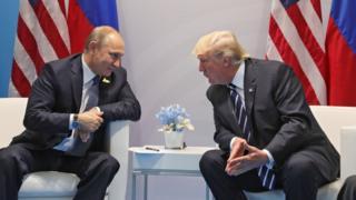 Putin ile Trump Hamburg'da yüz yüze görüşmede yan yana oturuyor.