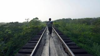 Migrante sobre el tren conocido como La Bestia en México.