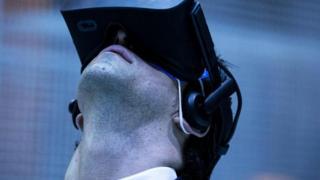 Seorang pengunjung menggunakan teknologi realitas virtual di sebuah konferensi di Los Angeles.