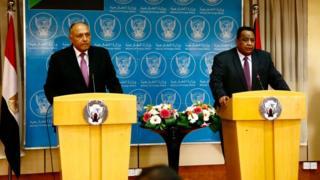 وزير الخارجية السوداني إبراهيم غندور يستقبل نظيره المصري سامح شكرى في العاصمة السودانية الخرطوم