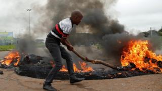 Протестующий в Зимбабве