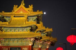 灯光和月光照耀下的东南角楼。