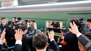 El tren norcoreano con el líder Kim Jon-un saludando desde la ventana.