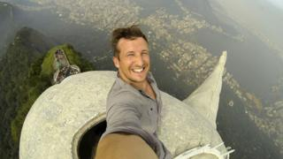 Lee Thompson faz selfie no topo do Cristo Redentor