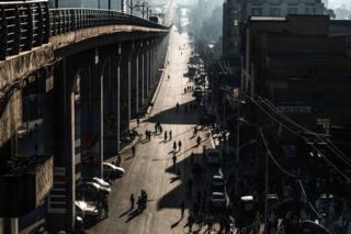 مردم در حال قدم زدن در خیابانی در آدیسآبابا، پایتخت اتیوپی در سومین روز بدون خودرو در این شهر؛ ابتکار سازمانهای مردمنهاد و دولت اتیوپی برای تشویق مردم به زندگی سالم و کاهش آلودگی در پایتخت