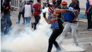 示威者与保安人员爆发冲突。