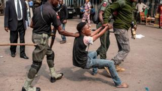 Police dey drag young man during election to arrest am