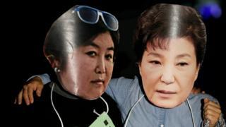 постер на акции протеста в Южной Кореи с изображением Пак Кын Хе и ее подруги