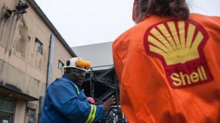 Un employé de Shell parle à des journalistes en 2016 à Port-Harcourt.