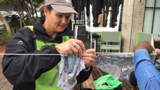 Jenny Nijenhuis accroche des culottes sales sur les cordes à linge, dans le centre de Johannesburg.