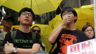 黄之锋(右)