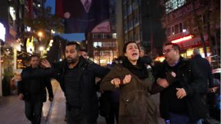 الشرطة التركية تقبض على مشاركين في مظاهرة تأييد لنيوريا غولمن أوائل الشهر الماضي.