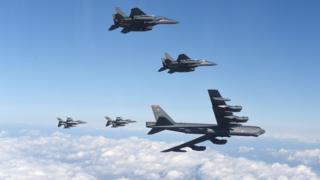 米軍のB-52爆撃機は米韓の戦闘機に随行されて韓国上空を飛行した