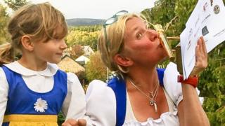 Ellinor Persson with daughter and trophy