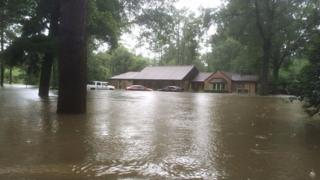 Perkins postou foto de sua prórpia casa inundada por chuvas na Louisiana