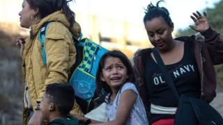 अमेरिका प्रवेश गर्दै मेक्सिकोका आप्रवासी