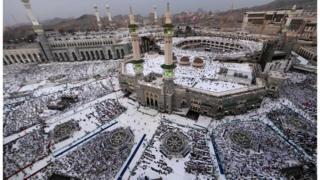 """قالت الرياض السعودية في افتتاحيتها إن شعائر الحج تشكل """"لوحة بيضاء تعيد المسلمين إلى الرسالة السامية التي دعا إليها دينهم"""