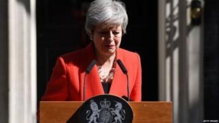 特蕾莎‧梅宣佈將辭去保守黨領袖的職務,為黨內競選新首相鋪路。她心情沉重,幾度強忍淚水。