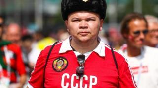 Болельщик в атрибутике СССР