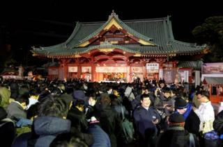 بعضی از ژاپنیها برای نیایش، هنگام سال نو به معبد معبد کاندا در منطقهٔ چیودا در توکیو میروند