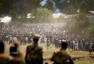 Waandamanaji wakikabiliana na maafisa wa polsi nchini Ethiopia