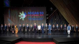 菲律宾马尼拉东盟峰会开幕式上各与会国家领导人合照(13/11/2017)