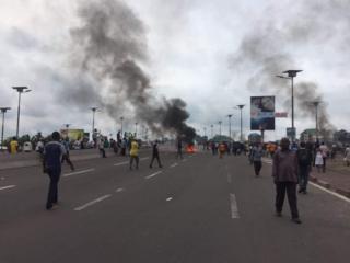Waandamanaji wakiweka vizuizi na kuchoma moto katika barabara za Kinshasa