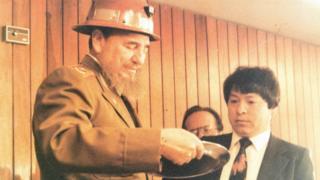 El periodista Iván Miranda le entrega a Fidel Castro una condecoración del gremio de periodistas de Bolivia en 1993.
