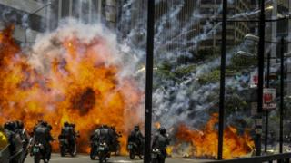 Agentes policiales de Venezuela son alcanzados por una explosión en Caracas.