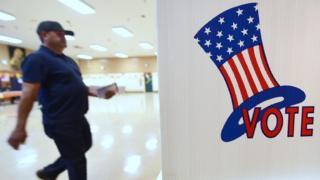 Un votante acude a un centro electoral en California.