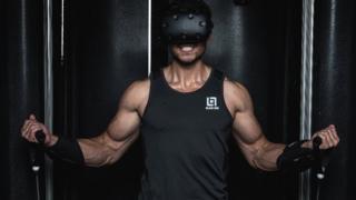 Modelo probando la realidad virtual. (Foto: Black Box VR)