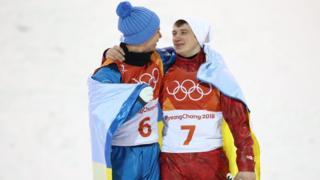 Українець-фристайліст Олександр Абраменко, який здобув золото на Олімпіаді в Пхьончхані, накинув український прапор на росіянина, що здобув бронзу
