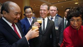 Медведев пробует ячменный напиток во Вьетнаме
