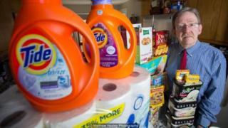 Pensiunan pengacara Edgar Dworsky punya botol, kotak, dan kemasan lama dari produk-produk di AS untuk mendokumentasikan penyusutan yang terjadi selama beberapa dekade terakhir.