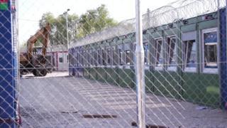 در مجارستان، مقام ها می خواهند پناهجویان را به اردوگاههای کانتینری در مرز صربستان منتقل کنند. اما این کار ممکن است با مخالفت دادگاه حقوق بشر اروپا به تعویق بیفتد.