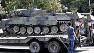 İstanbul sokaklarında darbe sonrası terk edilmiş bir tank.