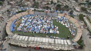 Campamento en un estadio de fútbol