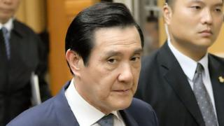 Former Taiwan president Ma Ying-jeou (C) arrives at the Taipei District Court on 10 January 2017