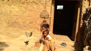 आदिवासी ठुकरा रहे सरकारी पक्के का मकान