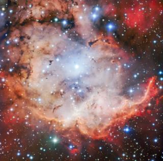 ภาพล่าสุดของเนบิวลากะโหลกไขว้จากกล้องโทรทรรศน์ VLT แสดงบริเวณที่เป็นแหล่งกำเนิดดาวฤกษ์ใหม่จำนวนมาก