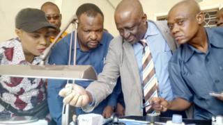 Mchimbaji Mdogo wa Madini Mkoani Shinyanga ameuza Almasi yake kwa Tsh. Bilioni 3. Naibu Waziri wa Madini Stanslaus Nyongo ashuhudia.
