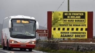 Cartel con protesta sobre la frontera dura en Irlanda.