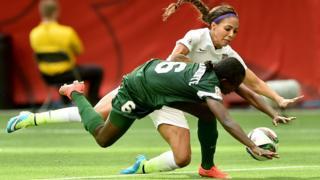 La Nigériane Sarah Nnodima a reçu un carton rouge à cause d'un geste envers l'Américaine Sydney Leroux, lors d'un match de la Coupe du monde entre le Canada et le Nigeria, le 16 juin 2015 à Vancouver, au Canada.