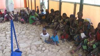 Wazazi na watoto wakiwa katika msururu wa kupata huduma ya afya DRC