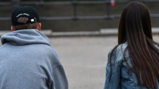 Сидящие подростки