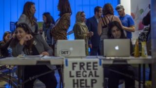 عرضت مكاتب محاماة خدمات مجانية للقادمين إلى مطار لوس أنجليس